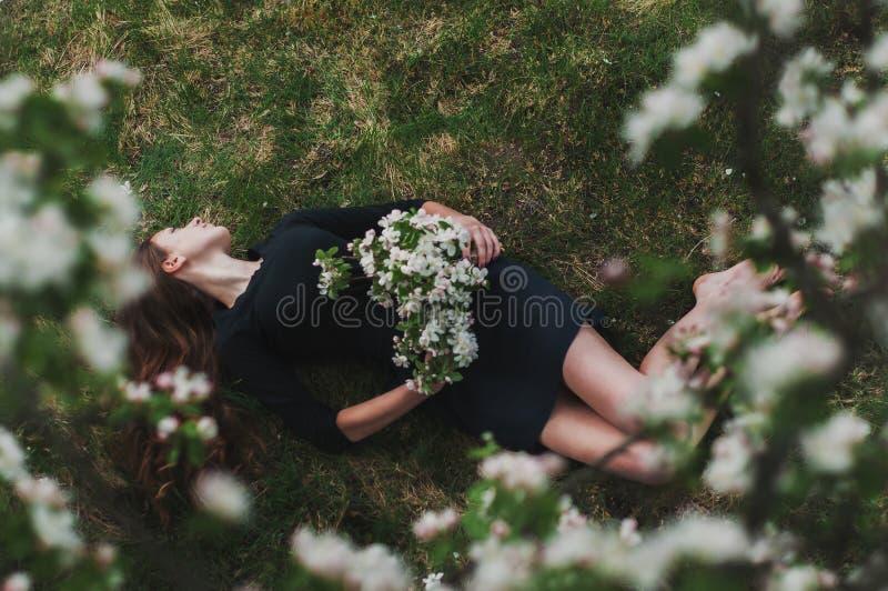 muchacha negro-cabelluda hermosa, mujer en un vestido negro fotos de archivo