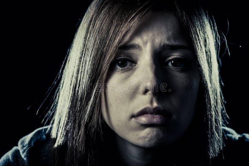 Muchacha o mujer del adolescente en la depresión sufridora de la tensión y del dolor que parece triste fotos de archivo libres de regalías