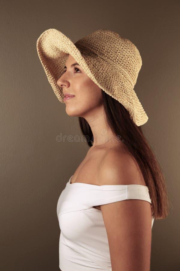 Muchacha occidental hermosa que mira al lado foto de archivo