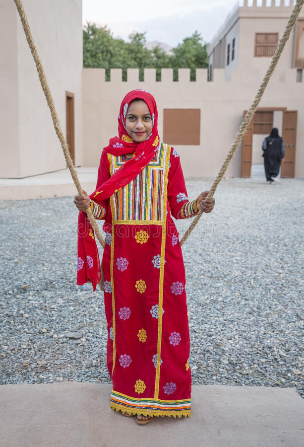 muchacha omaní en ropa tradicional en un oscilación fotos de archivo