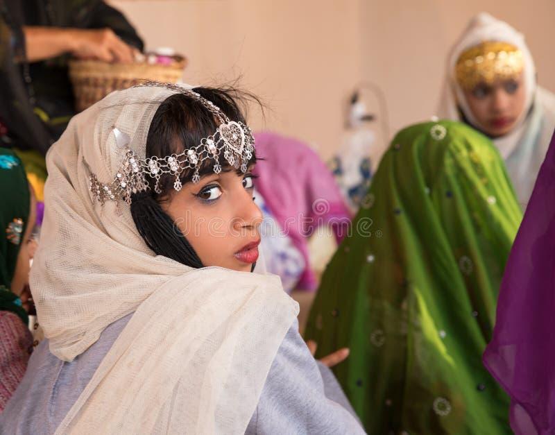 Muchacha omaní joven durante un ritual imagenes de archivo