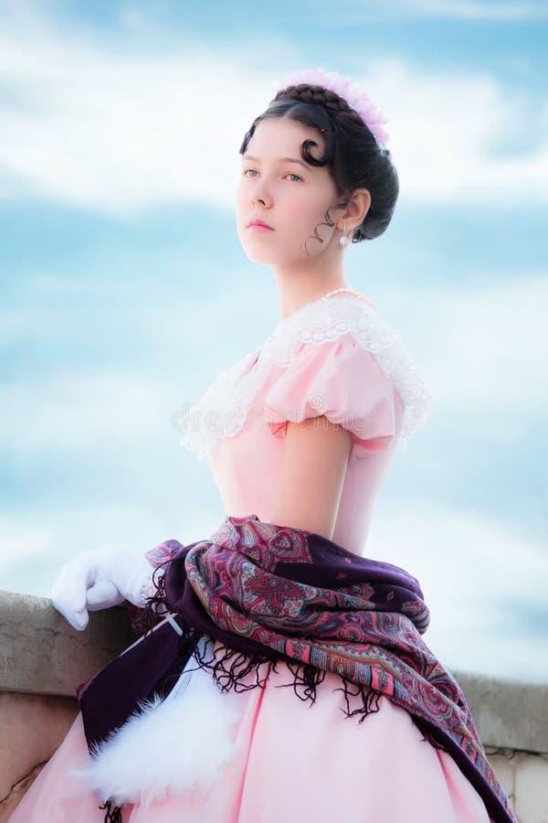 Muchacha orgullosa en la imagen de la princesa en un vestido de noche fotografía de archivo