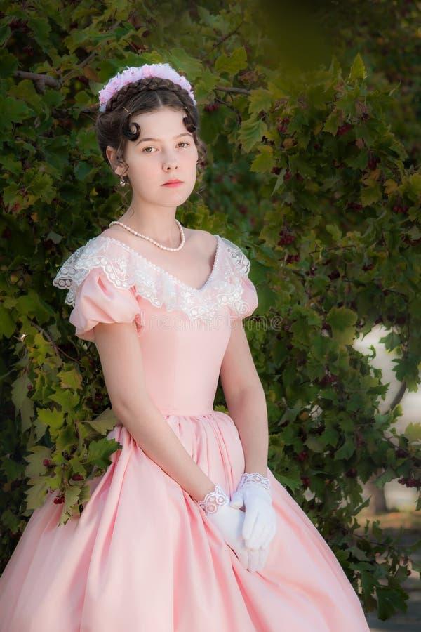 Muchacha orgullosa en vestido de noche con una mirada atenta imagen de archivo