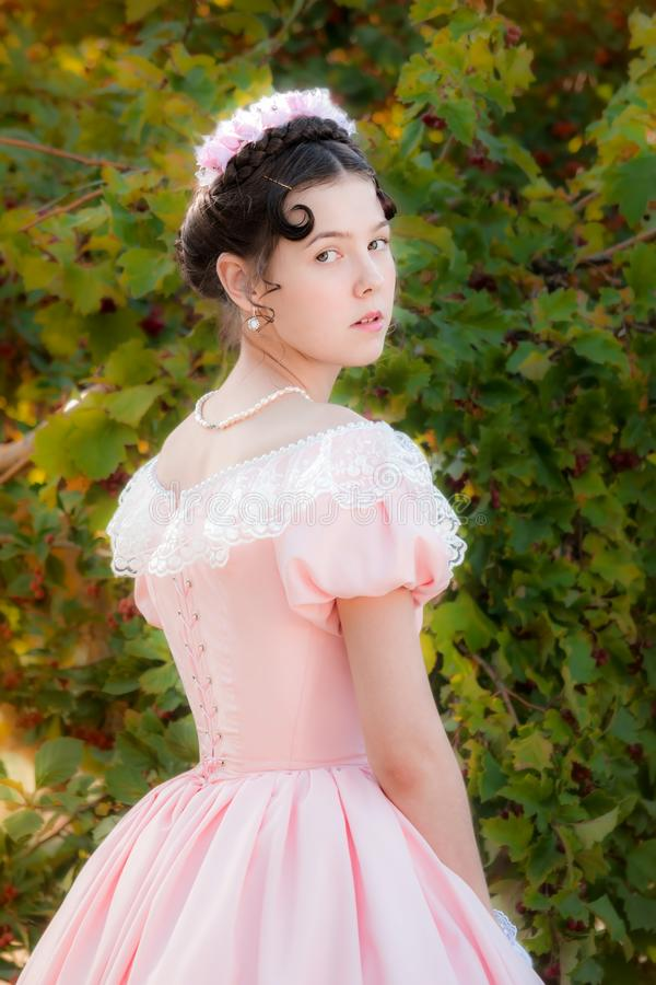 Muchacha orgullosa en vestido de noche con una mirada atenta foto de archivo libre de regalías