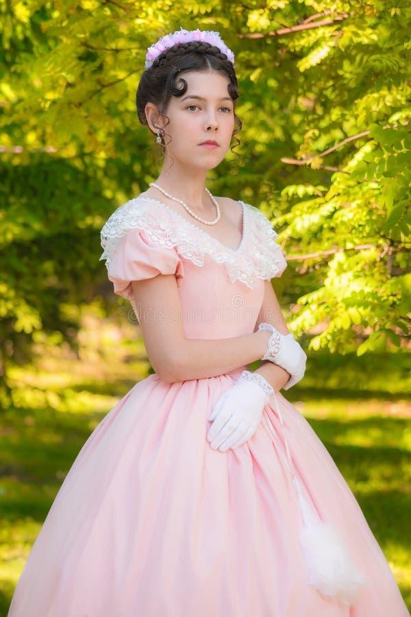 Muchacha orgullosa en vestido de noche con una mirada atenta fotos de archivo libres de regalías