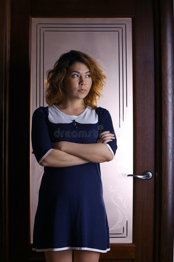 Muchacha oriental en un hotel en un vestido foto de archivo