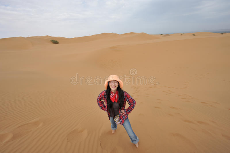 Muchacha oriental que sonríe en desierto imágenes de archivo libres de regalías