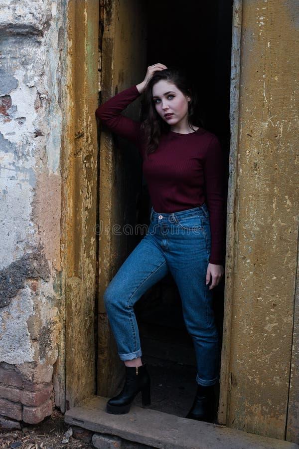 muchacha Oscuro-cabelluda en un fondo melancólico imagenes de archivo