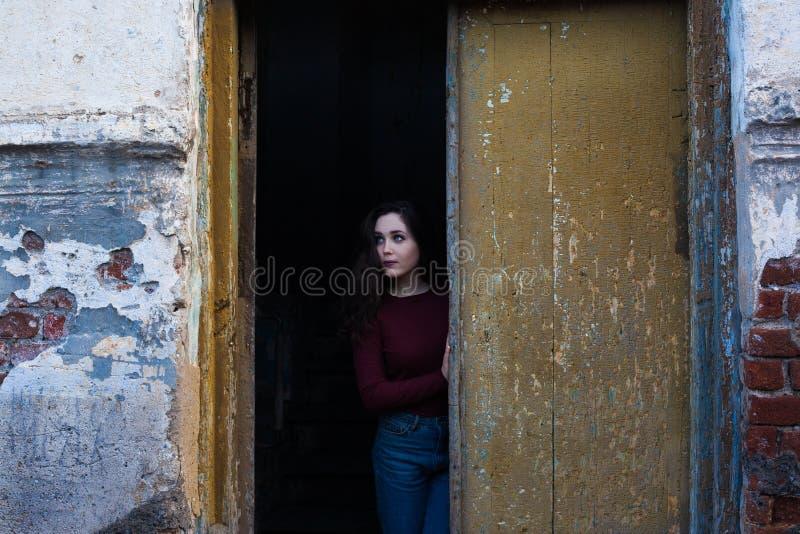 muchacha Oscuro-cabelluda en un fondo melancólico foto de archivo libre de regalías
