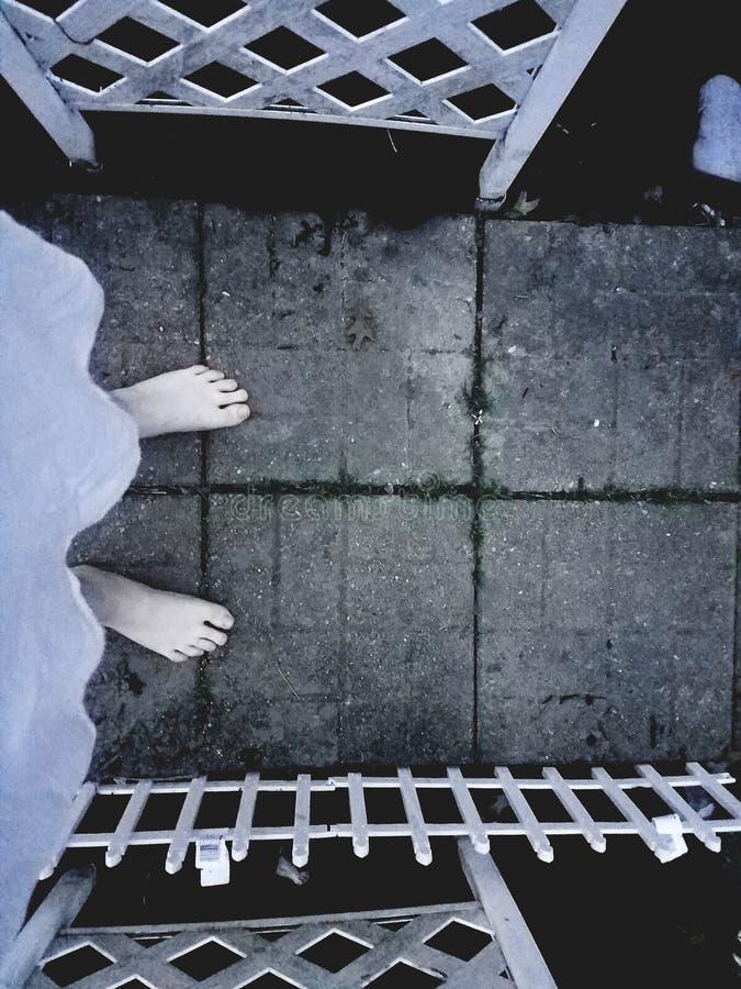 Muchacha pálida que se coloca en un jardín imagenes de archivo