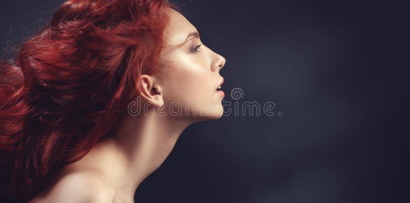 Muchacha pelirroja con el pelo del vuelo fotos de archivo libres de regalías