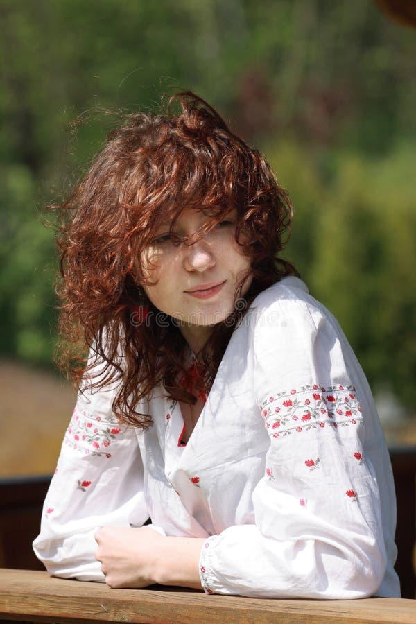 Muchacha pelirroja con el pelo ondulado imagen de archivo