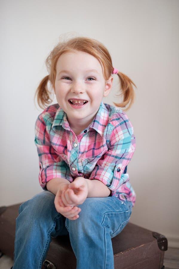 Muchacha pelirroja con la carie dental imagen de archivo