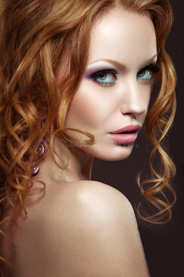 Muchacha pelirroja hermosa con maquillaje brillante y rizos imágenes de archivo libres de regalías