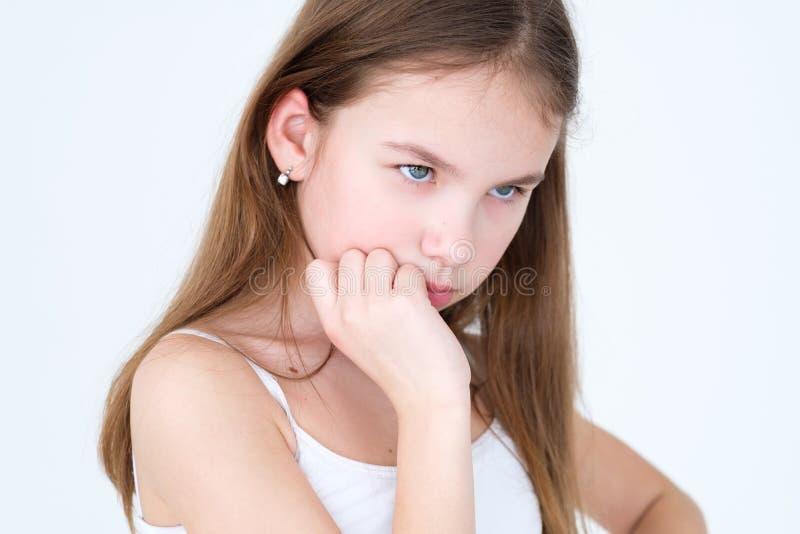 Muchacha pensativa de la expresión de la cara de la emoción pensativa imagen de archivo libre de regalías