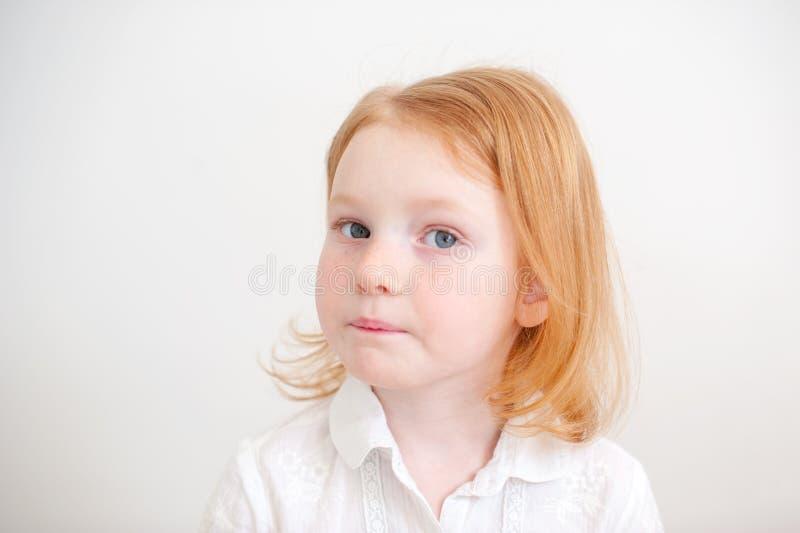 Muchacha pensativa en la camisa blanca fotos de archivo