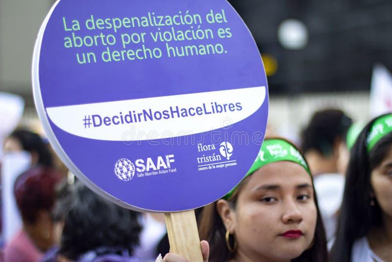 Muchacha peruana que sostiene la bandera púrpura de las derechas del aborto imágenes de archivo libres de regalías