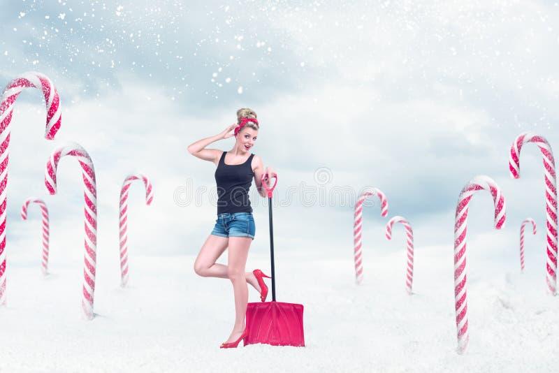 Muchacha Pin-para arriba con la pala de la nieve imágenes de archivo libres de regalías