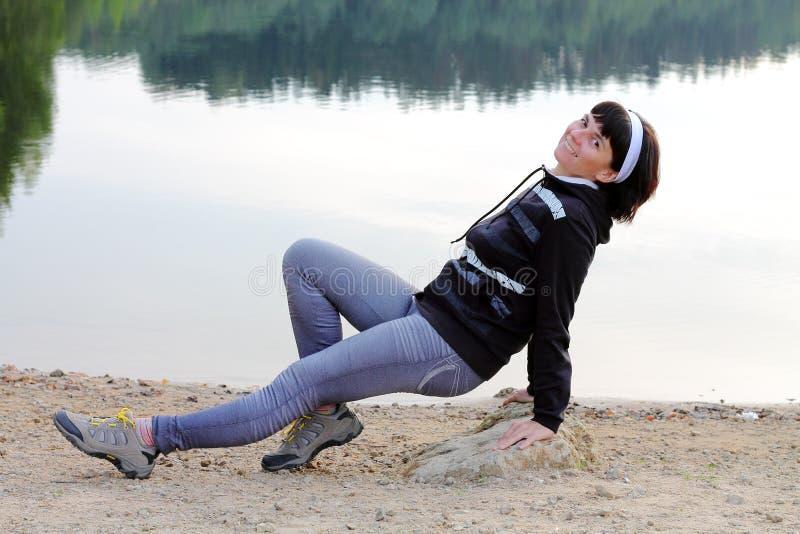 Download Muchacha por el lago foto de archivo. Imagen de cielo - 44854902