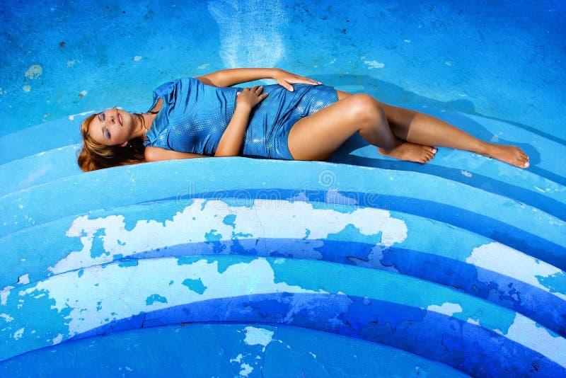 Muchacha por la piscina imagenes de archivo