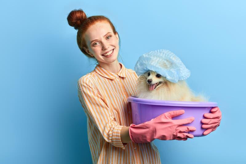 Muchacha positiva que abraza el lavabo con el perro pedigrí foto de archivo libre de regalías