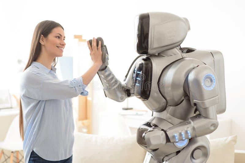 Muchacha positiva y robot que dan el alto cinco imágenes de archivo libres de regalías