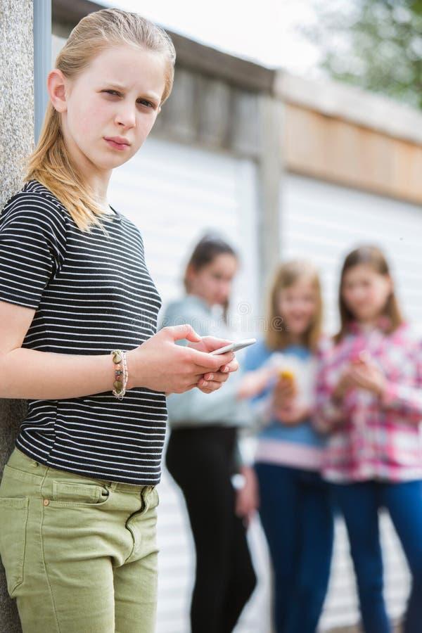Muchacha pre adolescente que es tiranizada por el mensaje de texto imagen de archivo libre de regalías