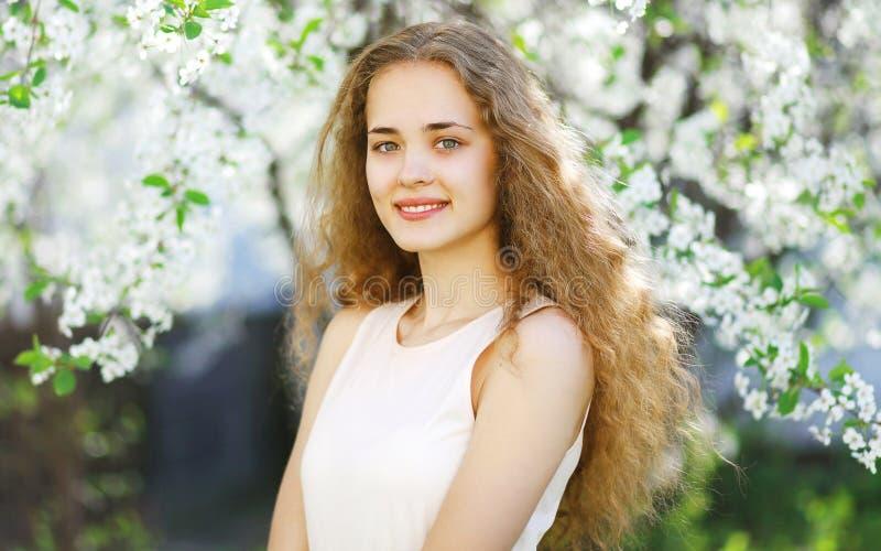 Muchacha preciosa al aire libre, chica joven soleada del retrato de la primavera fotografía de archivo libre de regalías