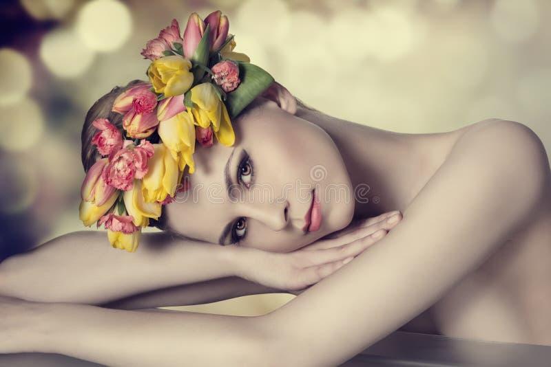 Muchacha preciosa de la primavera foto de archivo libre de regalías
