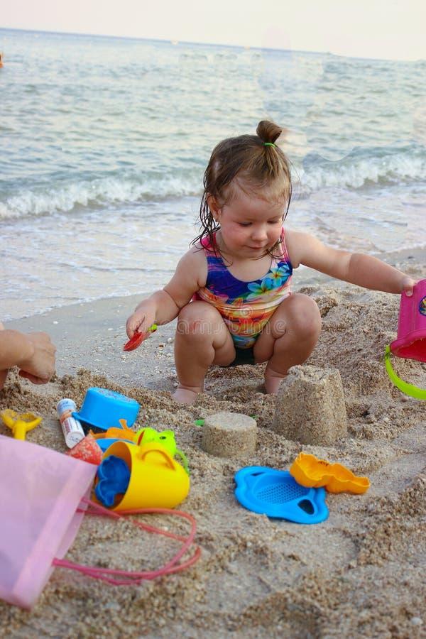 Muchacha preciosa en la playa imagenes de archivo