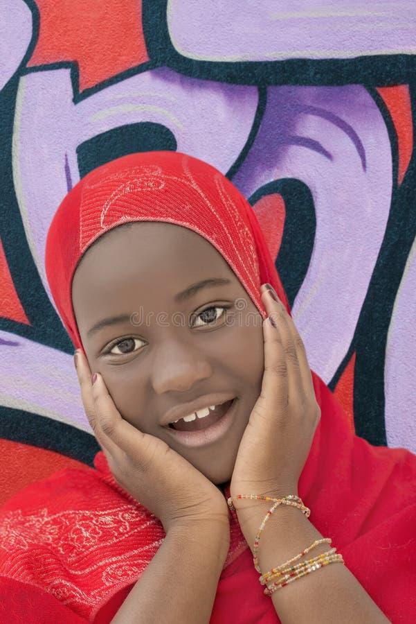 Muchacha preciosa que lleva un pañuelo rojo foto de archivo libre de regalías