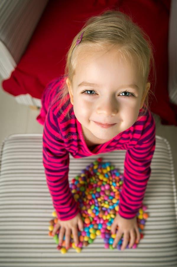 Muchacha preescolar adorable que juega con los dulces foto de archivo libre de regalías