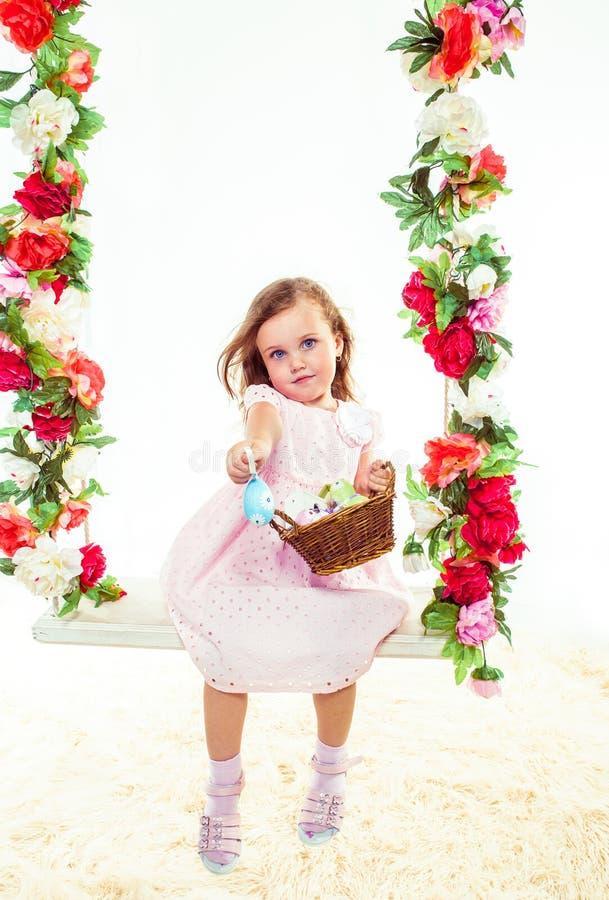 Muchacha preescolar con los huevos de Pascua imagen de archivo