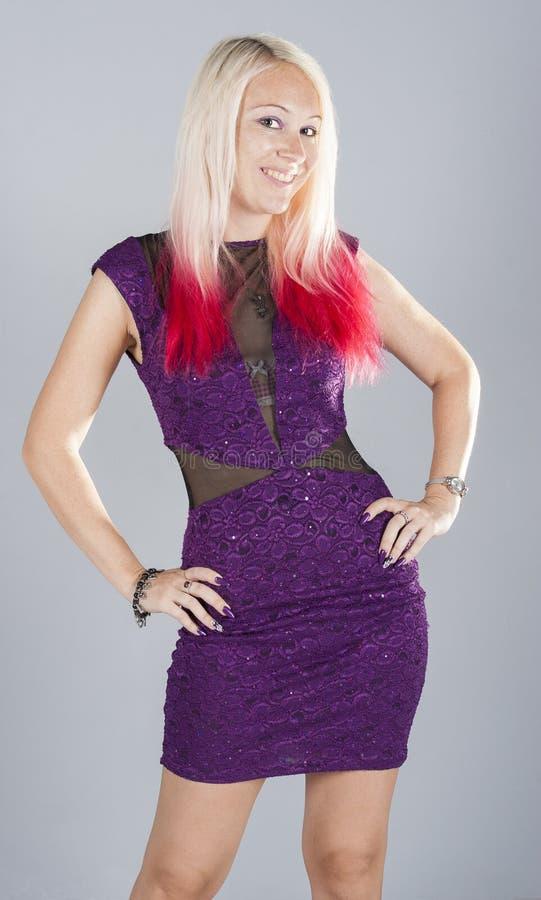 Muchacha punky joven hermosa en púrpura fotos de archivo libres de regalías
