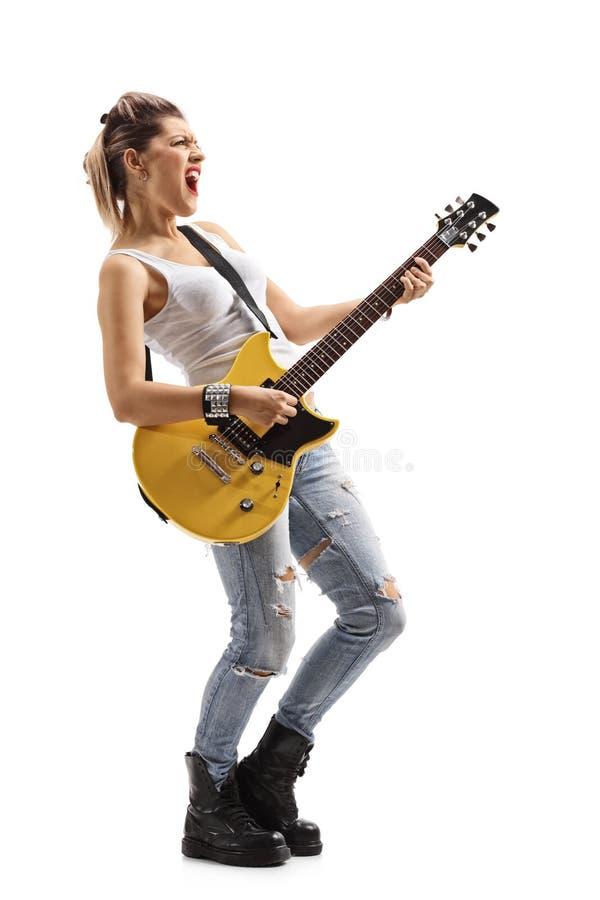Muchacha punky que canta y que toca una guitarra eléctrica fotografía de archivo libre de regalías