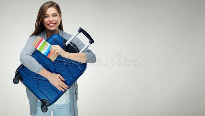 Muchacha que abraza el retrato aislado estuche de viaje en blanco fotografía de archivo