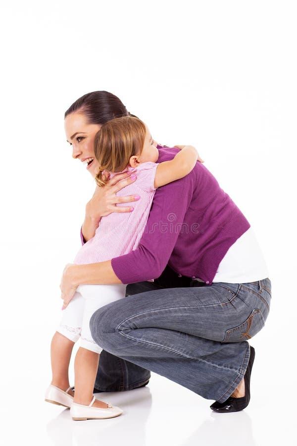 Muchacha que abraza a la madre fotografía de archivo libre de regalías