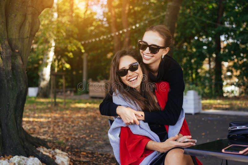 Muchacha que abraza a su amigo Novias del retrato dos en el parque fotos de archivo libres de regalías