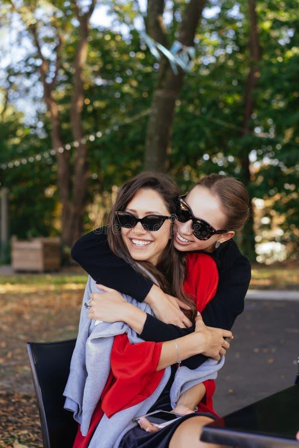 Muchacha que abraza a su amigo Novias del retrato dos en el parque fotos de archivo