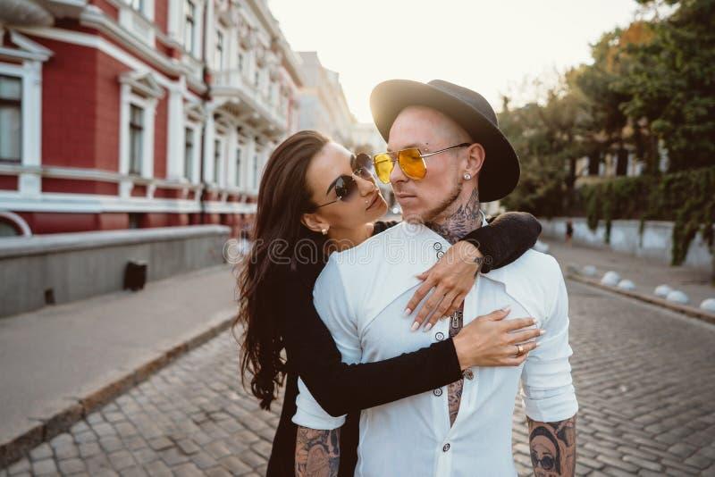Muchacha que abraza a su novio en la calle fotografía de archivo