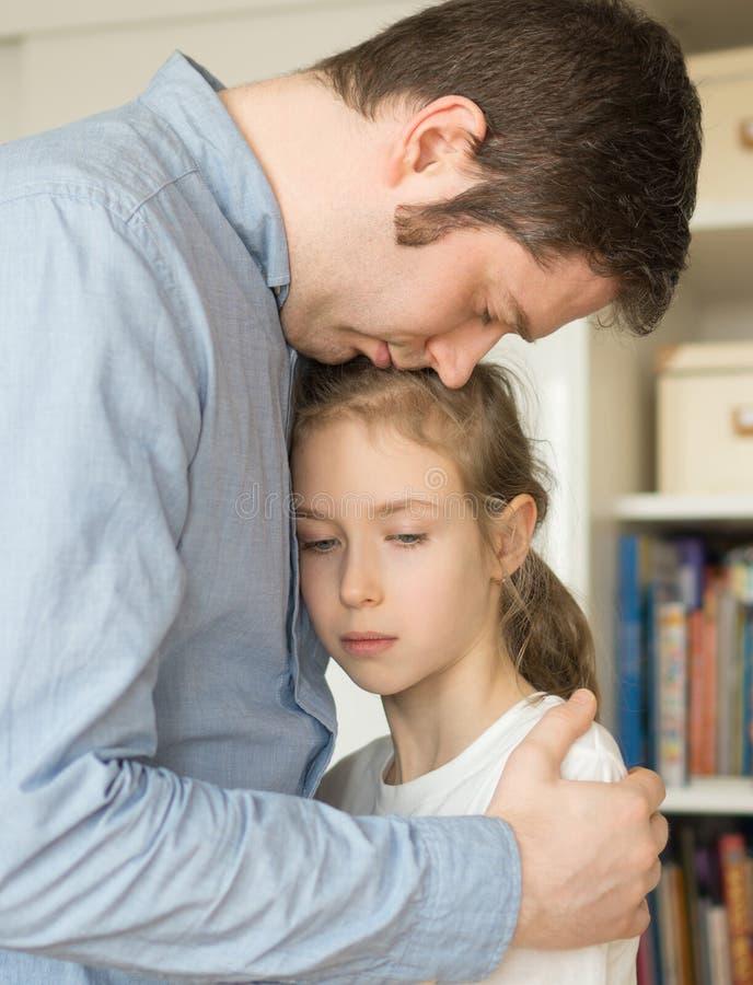 Muchacha que abraza a su papá fotos de archivo
