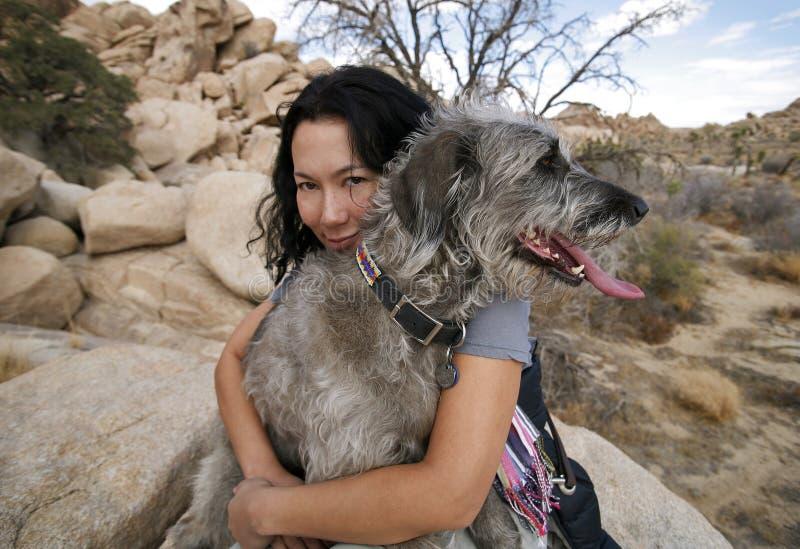 Muchacha Que Abraza Su Perro 2 Foto de archivo libre de regalías