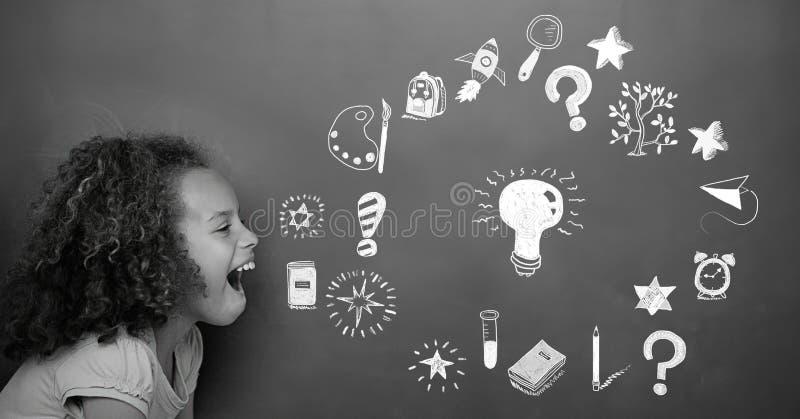 Muchacha que aprende divirtiéndose con el dibujo de la educación en la pizarra para la escuela foto de archivo