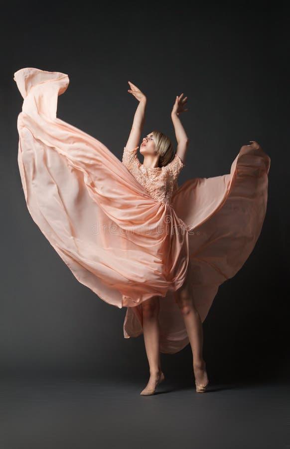 Muchacha que baila sensual foto de archivo libre de regalías