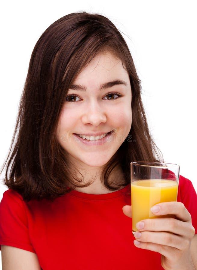 Muchacha que bebe el zumo de naranja imágenes de archivo libres de regalías