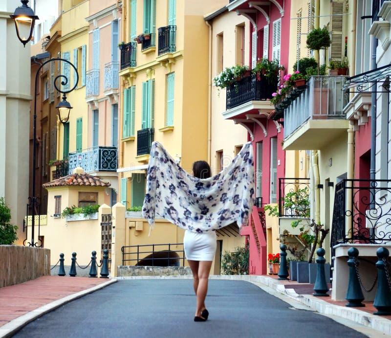 Muchacha que camina en calles de Mónaco fotos de archivo libres de regalías