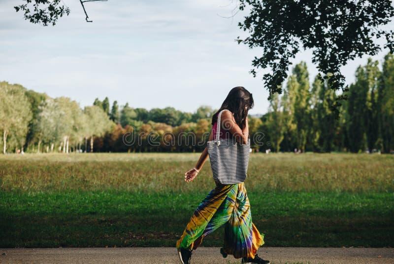 Muchacha que camina en el parque con el vestido colorido - parque del norte en Milán imagenes de archivo