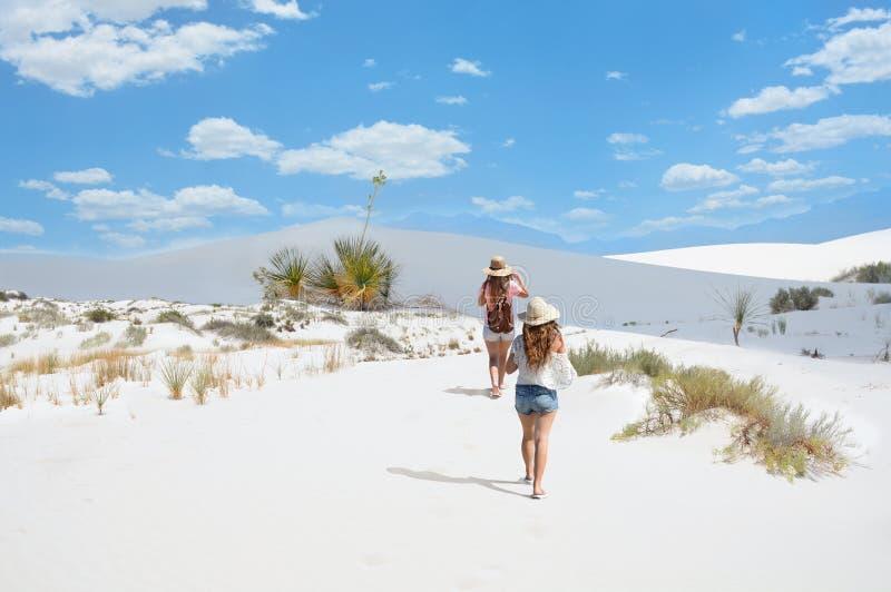 Muchacha que camina en las montañas del desierto imágenes de archivo libres de regalías