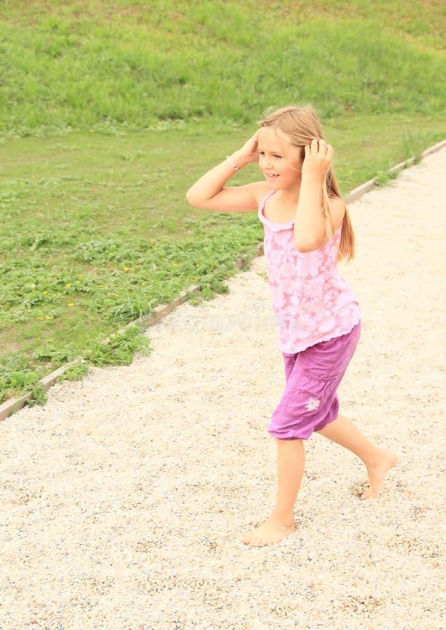 Download Muchacha Que Camina En Pequeñas Piedras Descalzo Foto de archivo - Imagen de arena, pequeño: 42439400
