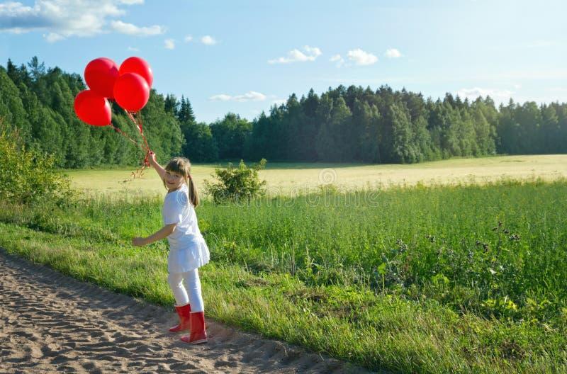 Muchacha que camina en una carretera nacional imagenes de archivo